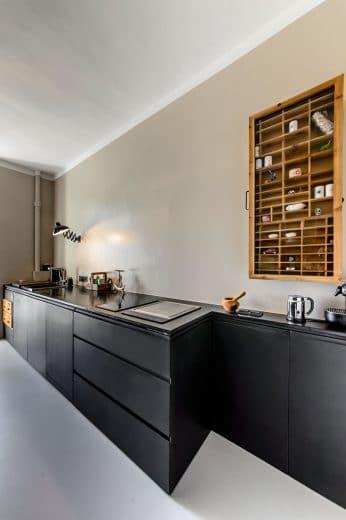 Zur türseite hin verschlankt sich die küchenzeile um genügend platz zu bieten aber stauraum