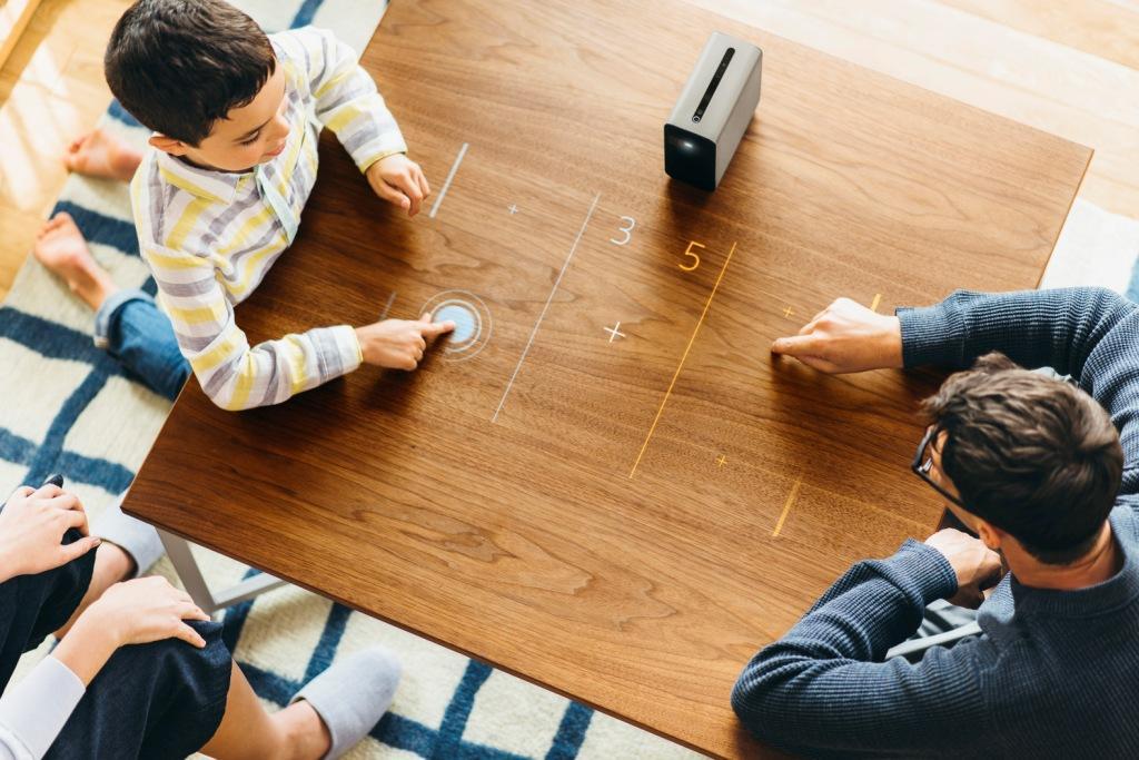 Mit dem Xperia Projector lassen sich nicht nur gemeinsam digitale Hausaufgaben erledigen, Rezepte nachbacken oder der Familienurlaub planen - auch ausgiebigem Spielen steht nichts im Wege. (Foto: Sony)