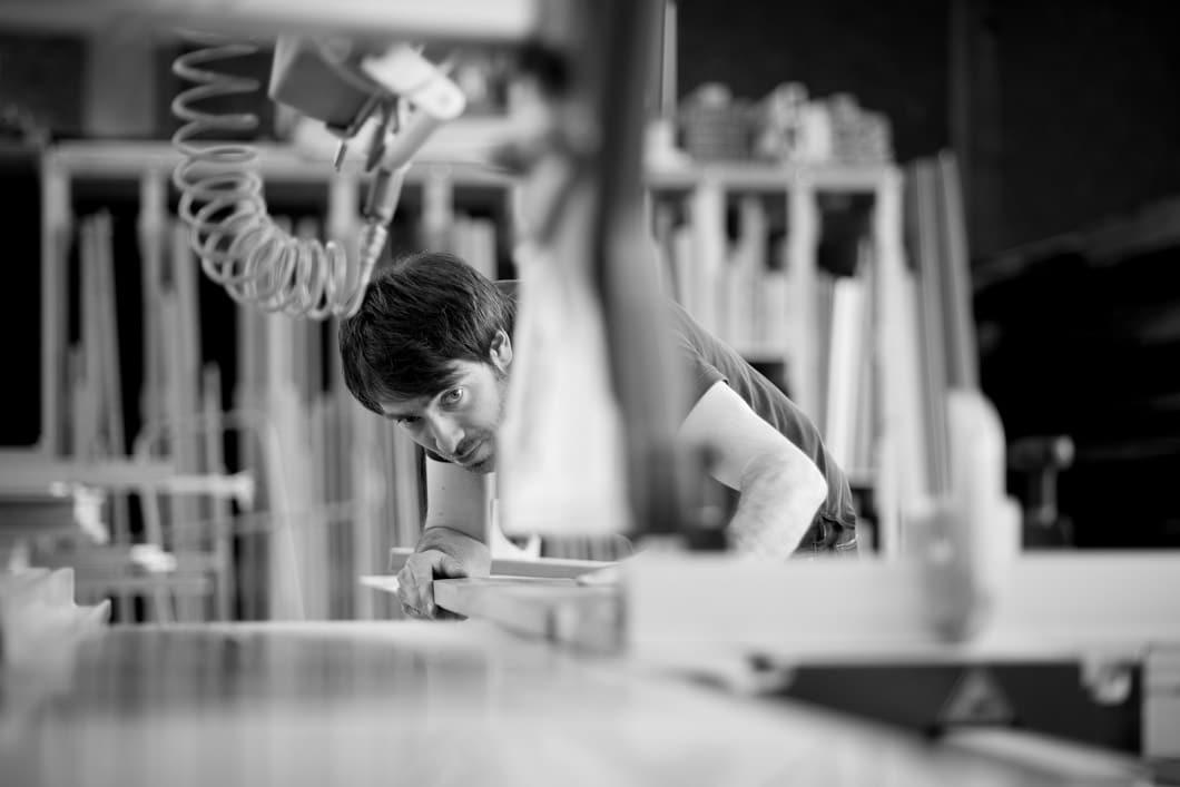 In der eigenen Werkstatt fertigt Mathias jedes bestellte Küchenutensil sorgfältig an. (Foto: KlotzaufKlotz)