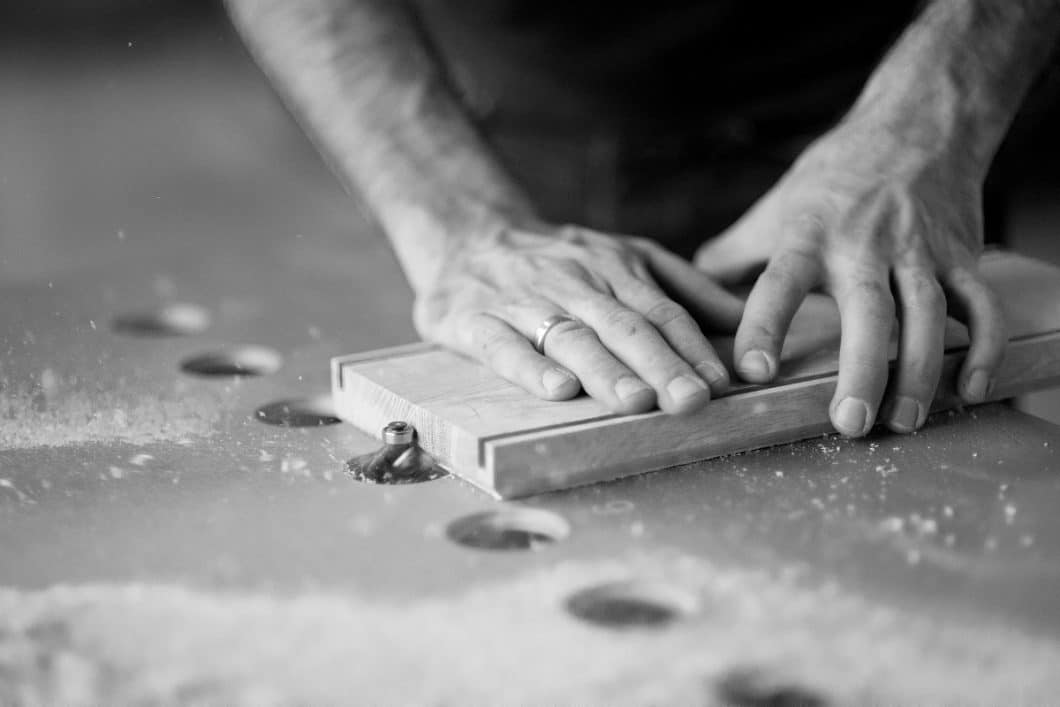 Die hauseigene Holzmanufaktur wird von Mathias, einem der beiden Gründer von KlotzaufKlotz, betrieben. (Foto: KlotzaufKlotz)