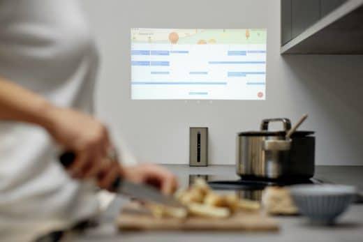Den Familienkalender im Blick haben beim Kochen oder einen Film nebenbei sehen: Das wird mit dem Xperia Projector unkompliziert möglich. (Foto: Nolte/Sony)
