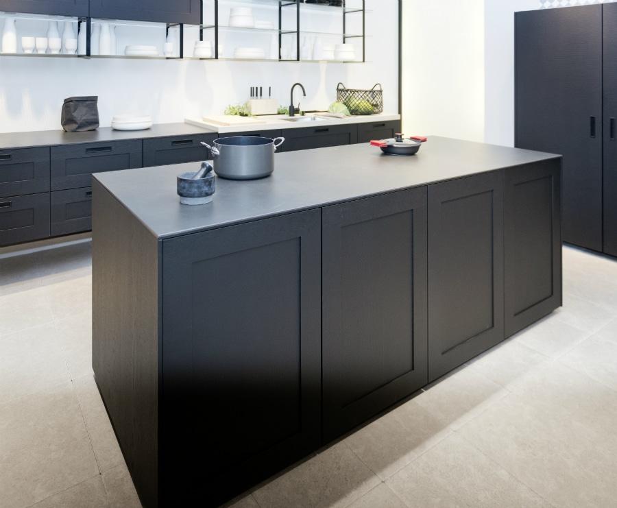 Kein Kochfeld? Doch, in der Keramikplatte integriert: Nolte wartet auf der LivingKitchen 2017 mit einer interessanten Neuerung auf. (Foto: Nolte)