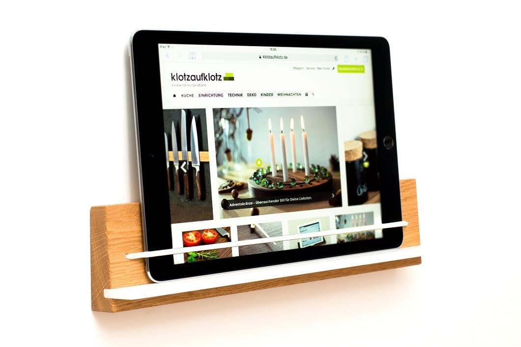 Kochen und Filme schauen - oder Rezepte nachschlagen - funktioniert nun stylish mit dieser Tabletablage inklusive Wandhalterung und Riemen fürs Tablet. (Foto: KlotzaufKlotz)