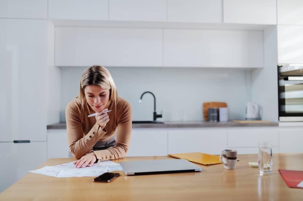 Die Wahl des richtigen Küchenstudios fällt oft gar nicht leicht. Hierfür sollte man sich Zeit nehmen, um die Referenzen, das Team und die Arbeitsweise unter die Lupe zu nehmen. (Foto: stock)