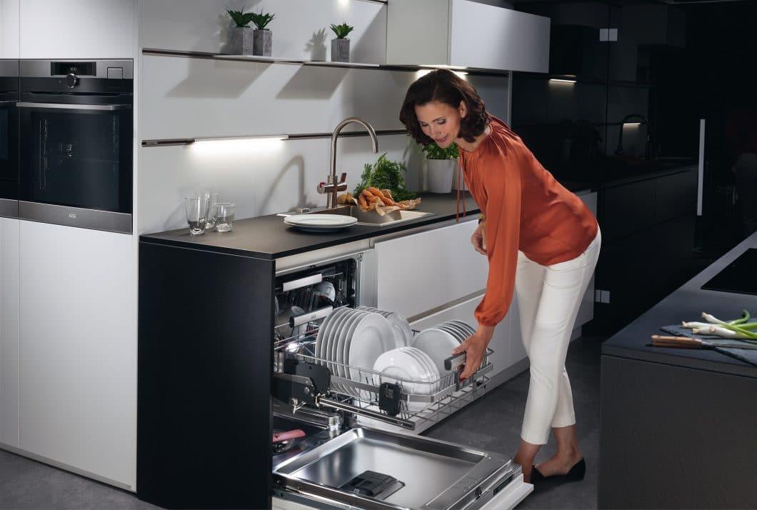 Rückenschmerzen in der Küche lassen sich z.B. durch hochfahrende Geschirrspül-Körbe und angepasste Arbeitsplatten vermeiden. (Foto: Electrolux)