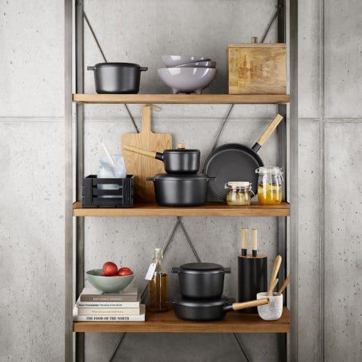 Töpfe, Pfannen, Rührschüsseln und Schneidebretter: Das Küchenwerkzeug von heute ist vielfältig, hochwertig und macht sich auch im Männerhaushalt gut. (Foto: Eva Solo)