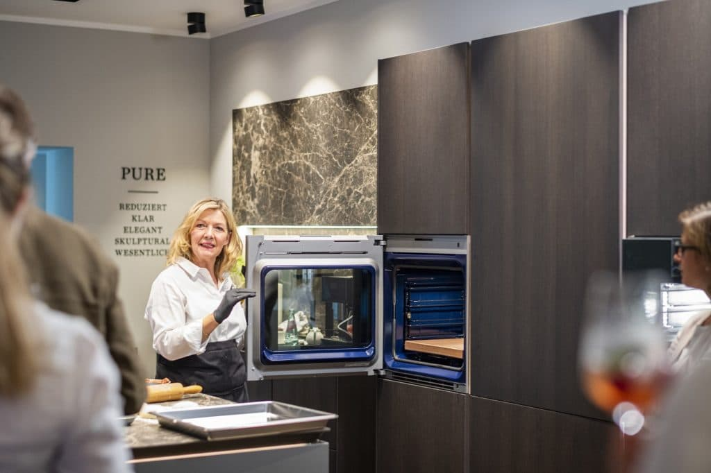 In Küchenstudios lassen sich die neuesten Elektrogeräte begutachten und testen - häufig geht einem Kauf auch eine Gerätevorführung mit Verkostung voraus. (Foto: Küchenhaus Süd)