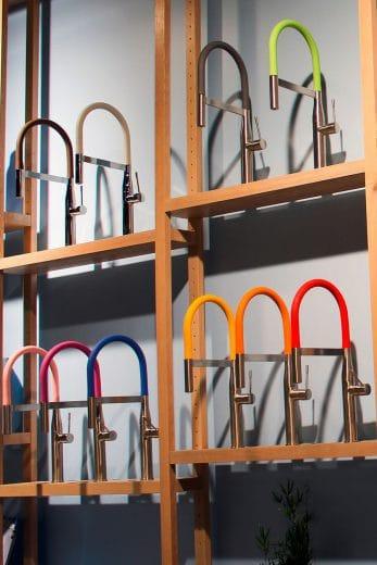 Ein bunter Silikonschlauch wirkt auf den ersten Blick gewöhnungsbedürftig - kann aber als kreativer Farbklecks in minimalistisch-zurückhaltenden Küchen sehr gut eingesetzt werden. (Foto: Grohe/ kuechenplaner-magazin.de)