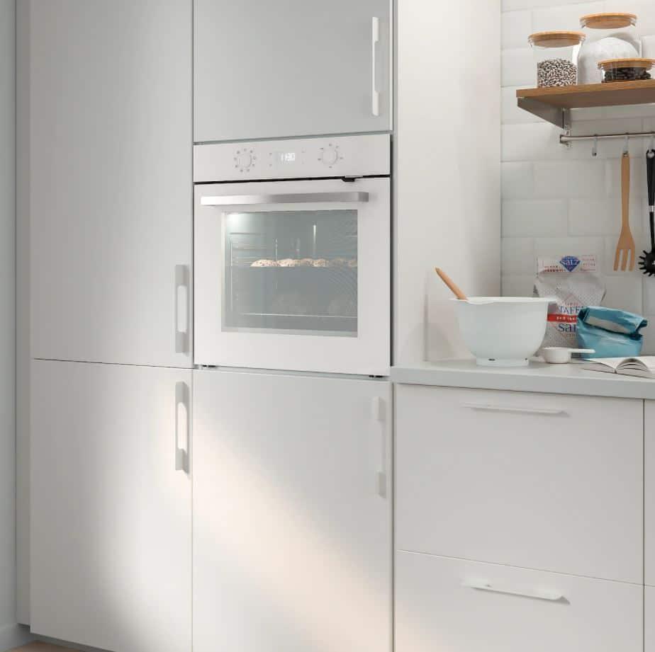 IKEA-eigene Backöfen stammen oft von günstigen Herstellern aus dem Hintergrund. Sie bieten einfache Bedienbarkeit, aber keinen technologischen Tiefgang. Für eine Mietswohnung natürlich völlig ausreichend. (Foto: IKEA)