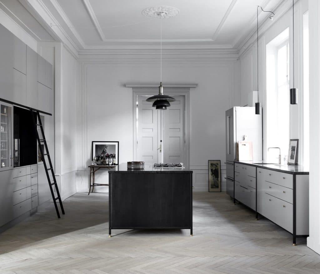 Diese skandinavische Küche ist wunderschön und großzügig geschnitten - aber wer von der Spüle zum Backofen laufen möchte, legt auf Dauer einiges an Metern zurück. (Foto: Københavns Møbelsnedkeri)