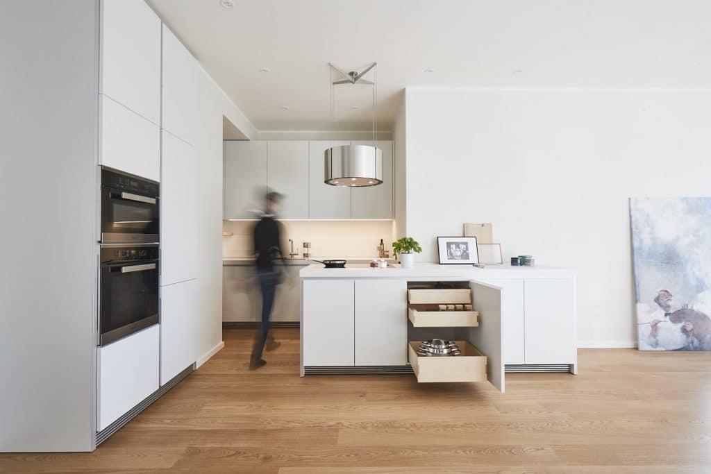 Nur ein kleines Budget oder eine kleine Küche? Gute Küchenstudios gehen darauf von Anfang an ein - und schneidern bereits ab 10.000 Euro inkl. Geräte eine stilvolle Designküche mit modernem Charakterzug. (Foto: Küchen-Atelier Hamburg)