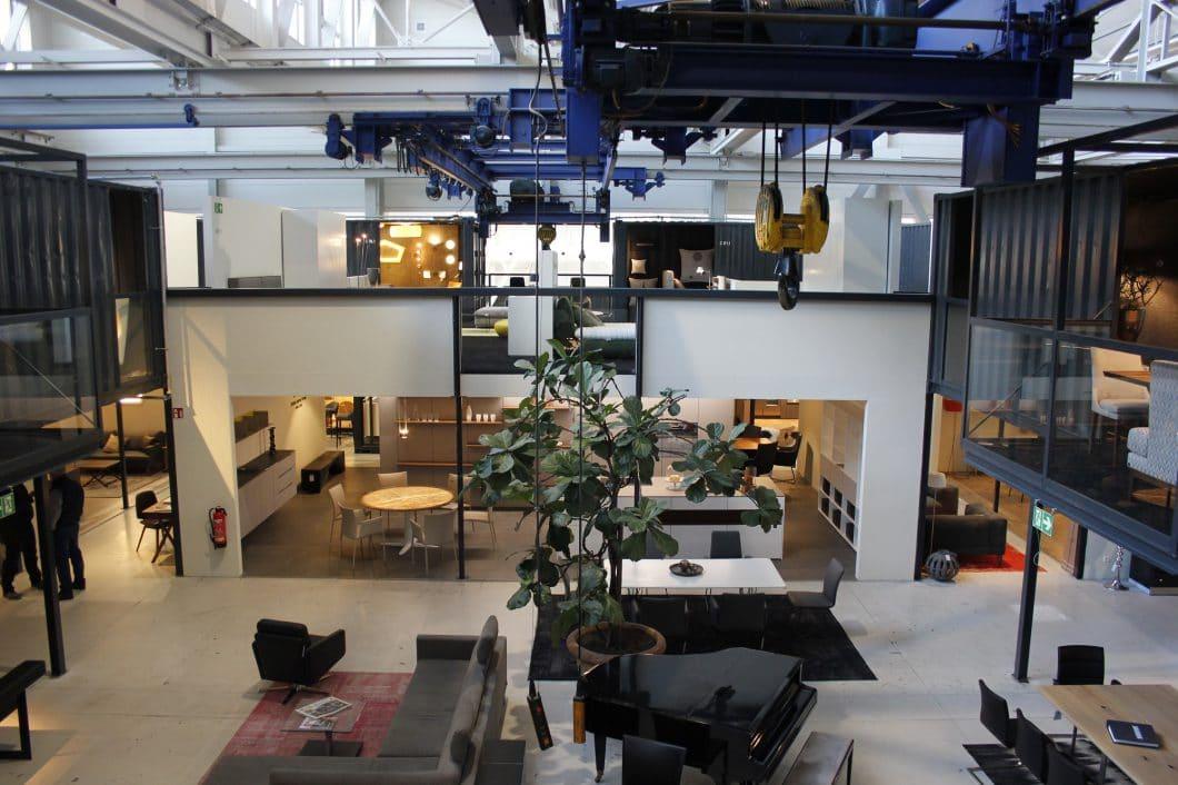 Blick auf die City of innovative living des Küchenstudios Uhl - Schöner Leben. Auf 2 Etagen werden hier Küchen und Wohnsituationen in Containern präsentiert. (Foto: Scheffer)