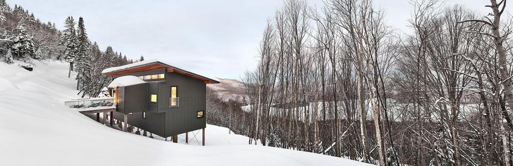 Das Ski-Chalet liegt mitten in der Winterlandschaft Kanadas - herrlich einsam und von idealer Größe für Familien oder größere Freundesgruppen. (Foto: Marc Cramer für RobitailleCurtis)