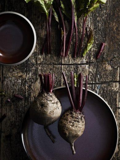 Hell, dunkel, rot, blau, glasiert, unbearbeitet: Die Geschirrkollektion Junto definiert sich über einen rauen,wenn auch sehr hochwertigen Mix. Das ist erfrischend und stellt Lebensfreude & Lebensmittel in den Vordergrund. (Foto: Rosenthal)