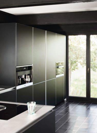 Flecken oder Fettspritzer sollten bei matten Küchenfronten sofort entfernt werden. (Foto: Selektion D)