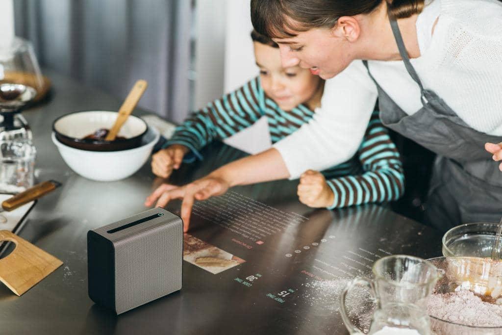 Wer auf der Arbeitsplatte ausreichend Platz zum Backen und Kochen haben möchte, darf nicht vergessen, dass dort regelmäßig Deko, Geräte und Gegenstände stehen. Also lieber mehr Fläche einplanen. (Foto: Sony mit dem Sony Xperia Projector)