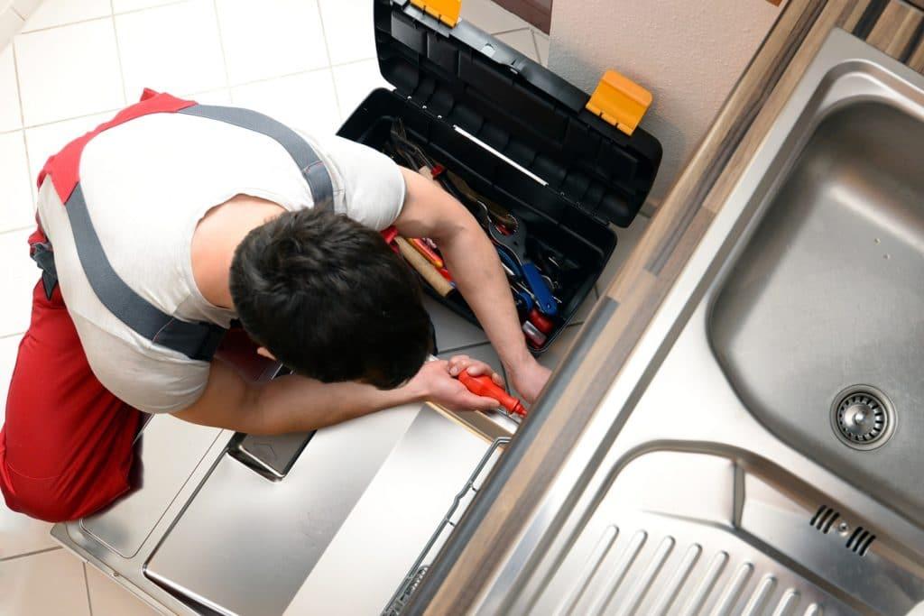 Ein Küchenstudio hält alle Fäden einer Planung in der Hand - von eigenen Monteuren bis hin zu externen Handwerkern wie Fliesenleger, Maurer, Elektriker und Tischler. (Foto: stock)