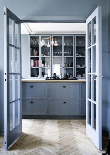 Hellblau, lichtdurchflutet, fröhlich: Die Dänen legen mit ihren handgefertigten Küchen viele Stile an den Tag. (Foto: Line Thit Klein)