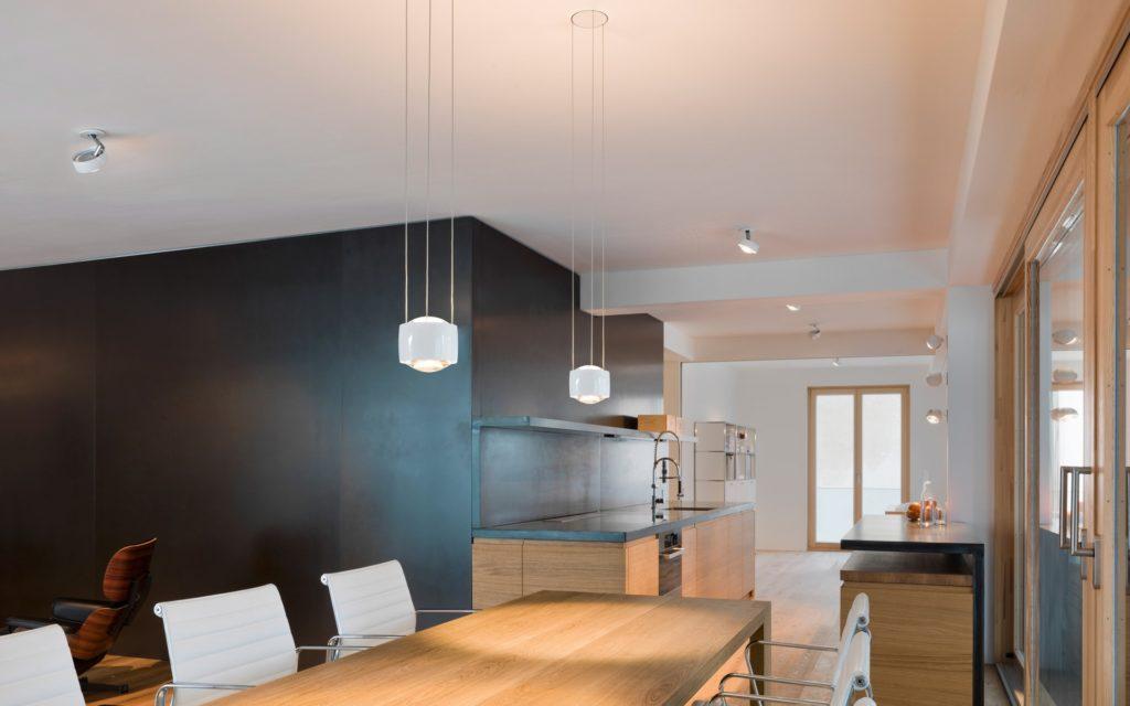 Mit hochwertigen Küchenleuchten wie der Sento Sospeso von Occhio können Küchentisch, Kücheninsel und Spüle individuell beleuchtet werden, sodass keine Schatten oder Blendungen entstehen. (Foto: Occhio)