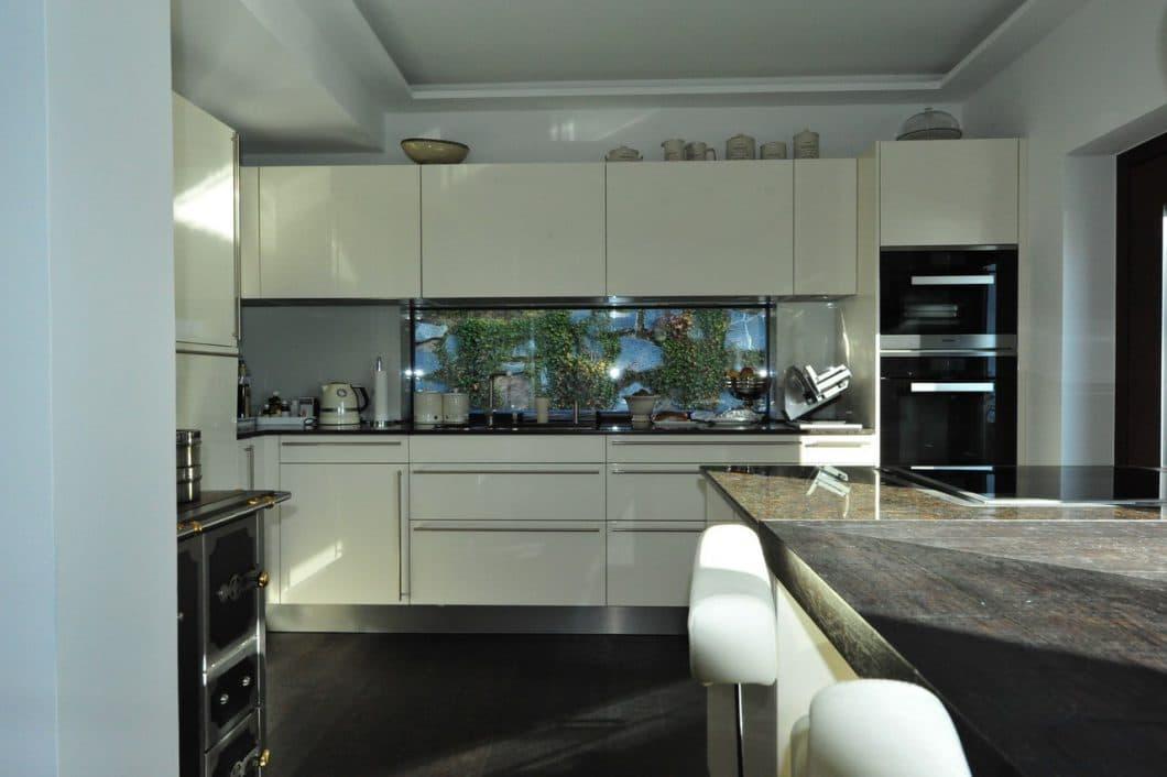 Weiße Hochglanzküche mit Blick zum Garten - KüchenDesignMagazin ...