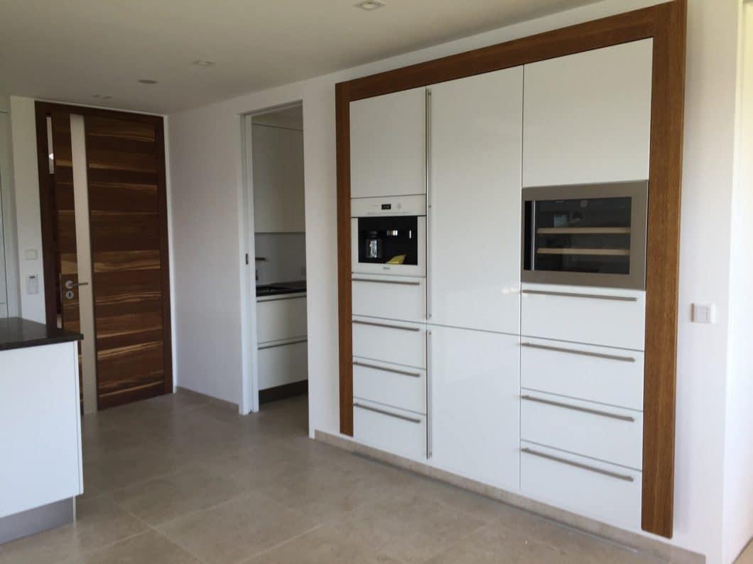 Weiße Hochglanz Küche Mit Kochinsel. Obi Arbeitsplatte Küche ...