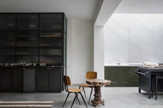 Die englische Landhausküche zeigt sich nicht immer nur gemütlich - sondern durchaus auch dunkel und kühl im industriellen Stil. (Foto: Plain English Kitchens)