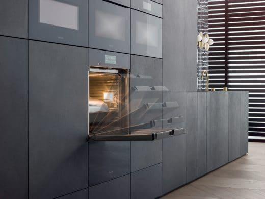 Alles dreht sich um elektronische Großgeräte: An einem Backofen oder Kühlschrank kommt nämlich niemand vorbei. Sorgen Sie dafür, dass das Nötigste Platz hat. (Foto: Miele)