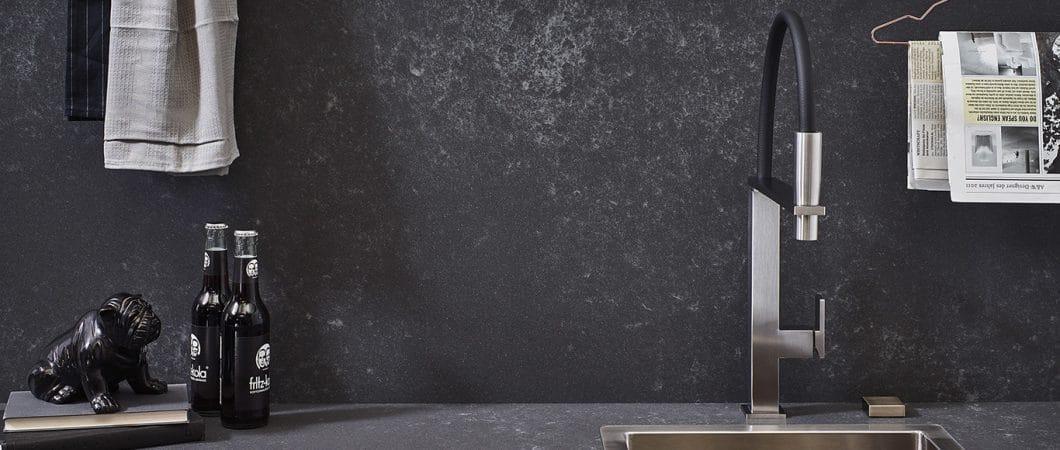 Die Küchenrückwand von Lechner besteht aus grauem Quarzstein und sieht äußerst hochwertig und stylish aus. Vorbei die Zeit eines langweiligen Spritzschutzes! (Foto: Lechner)