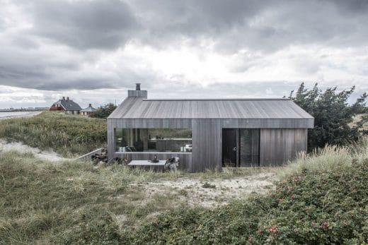Blick auf die Außenterrasse mit Essbereich. Durch die großen Fenster kann man bis zur Küchenzeile hindurchschauen. (Foto: Ardess)