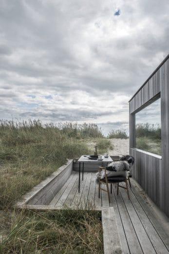 Natur, Kochen und Wohnen verschmelzen in der Sommerhütte bei Skagen unweigerlich dank natürlicher Materialien und großer Verglasungen. (Foto: Ardess)