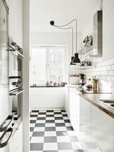Perfekt Geschlossene Unterschränke, Offene Oberschränke: So Lässt Sich Auch Ein  Kleiner Küchenraum Luftig Gestalten.