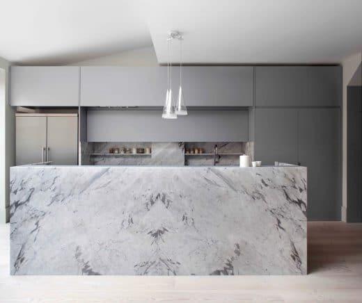 Je nach Zusammensetzung und Art des Marmors bietet das Material eine Bandbreite an Farben und (natürlichen) Mustern. (Architect: Extra Architecture)