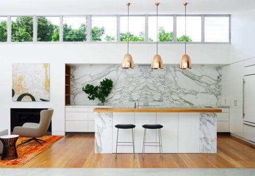 Marmor hat den Vorteil, sofort hochwertig zu erscheinen - und doch in eine topmoderne Küche zu passen. (Design: Arent Pyke)