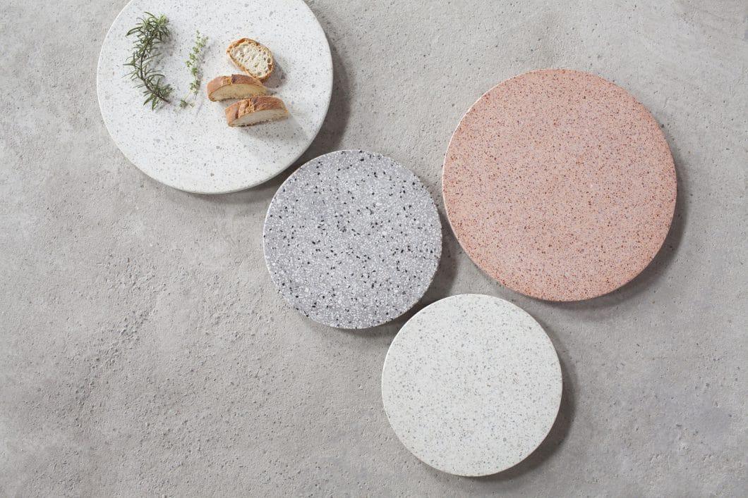 Terrazzo in der Küche gibt es zum Beispiel in Form von Servierplatten, Tischleuchten und Arbeitsplatten. (Foto: Serax)