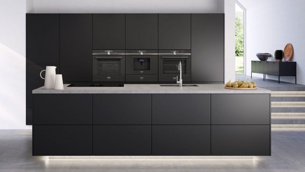 Die anspruchsvolle moderne Küche verschmilzt mit ihrer Raumumgebung. Unsichtbare Kochfeld-Dunstabzüge unterstützen das puristische Gesamtbild und sind daher stark nachgefragt. (Foto: Siemens Hausgeräte)
