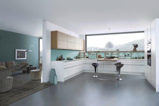 Farbe in der Küche erzeugt nicht nur Leben und Leichtigkeit, sondern unterstreicht auch das architektonische Zusammenspiel von Farbe und Form. (Foto: LEICHT)