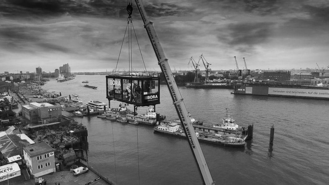 Geladene Gäste durften im spektakulären BORA-Glaskubus bereits den Blick über den Hamburger Hafen genießen... (Foto: BORA)