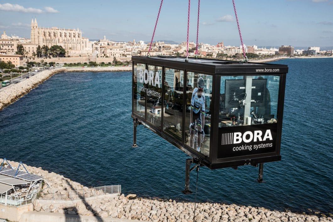 Hoch über dem Meer und mit Ausblick auf die Kathedrale Palmas: So aufregend sind die Stationen der BORA Europa-Tournee. (Foto: BORA)
