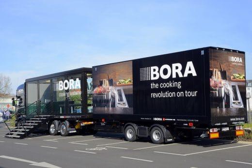"""Der """"Cooking Truck"""" von BORA geht auf große Europa-Tour - inklusive des Glaskubus, der an ausgewählten Orten 30-50 Meter in die Höhe gezogen wird. (Foto: BORA)"""
