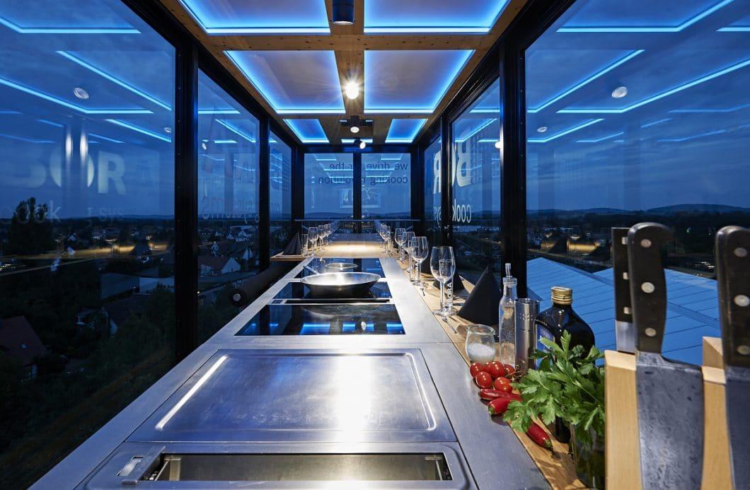 Im Inneren des Glaskubus erwartet die Gäste eine Premium-Kochstelle und Platz zum Essen für etwa 14 Personen. (Foto: BORA)