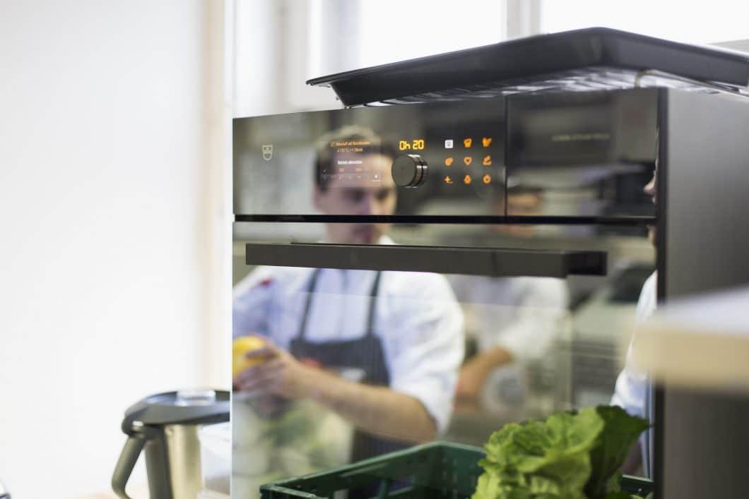 Haute cuisine statt haute couture: Im Storstad in Regensburg wird der Combi-Steamer MSLQ von V-ZUG zur professionellen Zubereitung aller Menüs eingesetzt. (Foto: V-ZUG)