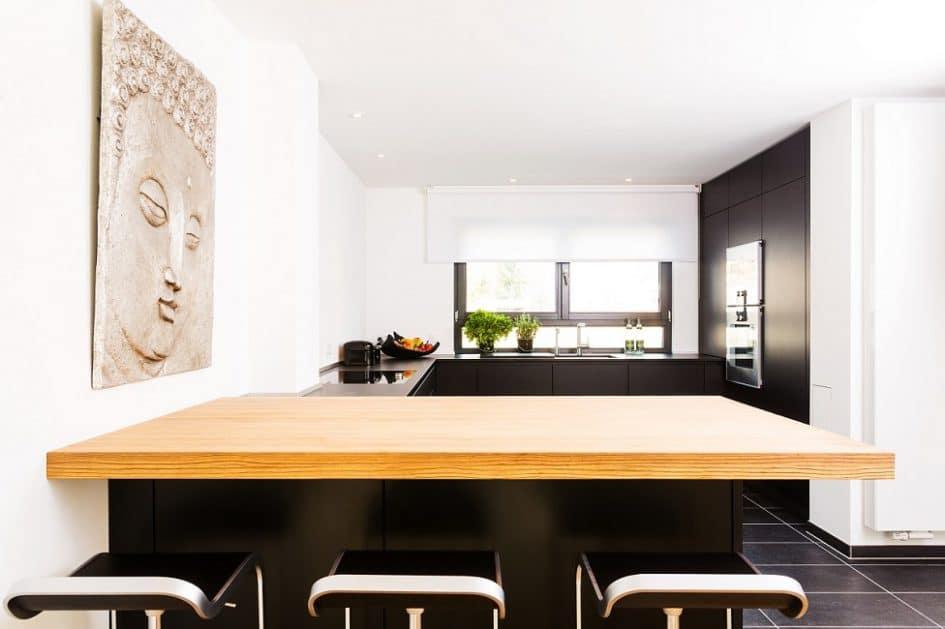 Die edle eggersmann-Küche mit dem schwarzen Feinstrukturlack NCS. (Foto: Lang Küchen)