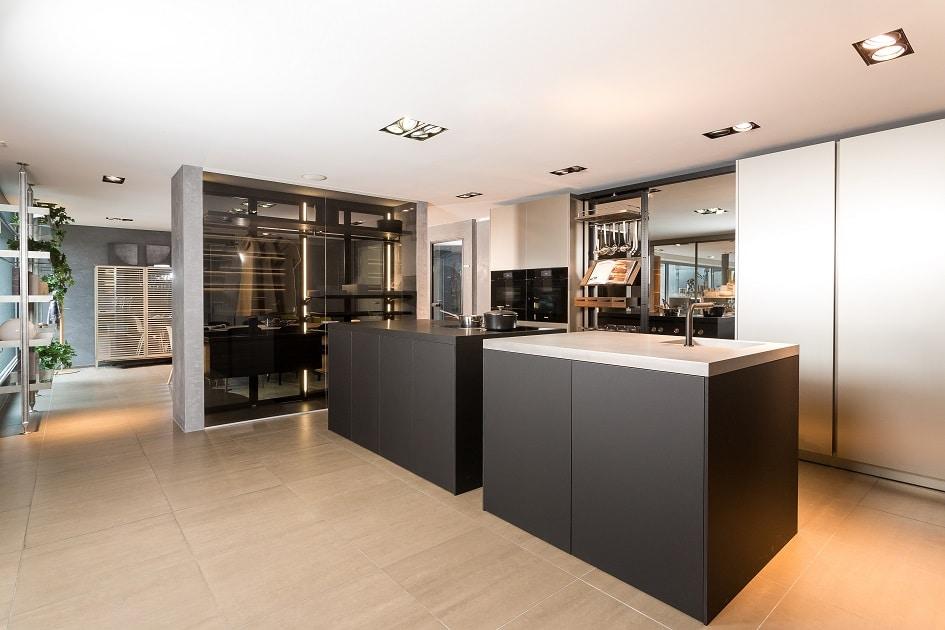 Unterschränke aus schwarzem Fenix mit Hochschränken aus eloxiertem Aluminium: Die Küchen der Langs gehen immer einen Schritt weiter in Sachen Innovation und Design. (Foto: Lang Küchen)