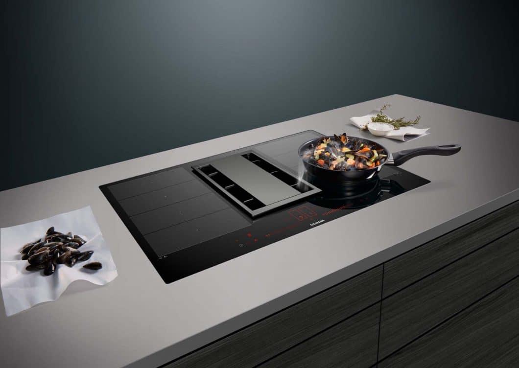 Kochfeldabzüge sind in puncto Geruchsbeseitigung, Geräusche und Planungsfreiheit einfach unschlagbar, findet Gabriele Rapsch. (Foto: Siemens Hausgeräte Induction Air)