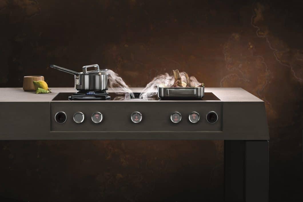 Dank der hohen Saugkraft heutiger Kochfeldabzüge kann der langsamer aufsteigende Kochdunst zügig weggesaugt werden. Für alle Fälle - beispielsweise hohe Topfränder - gibt es den Löffeltrick. (Foto: BORA Professional)