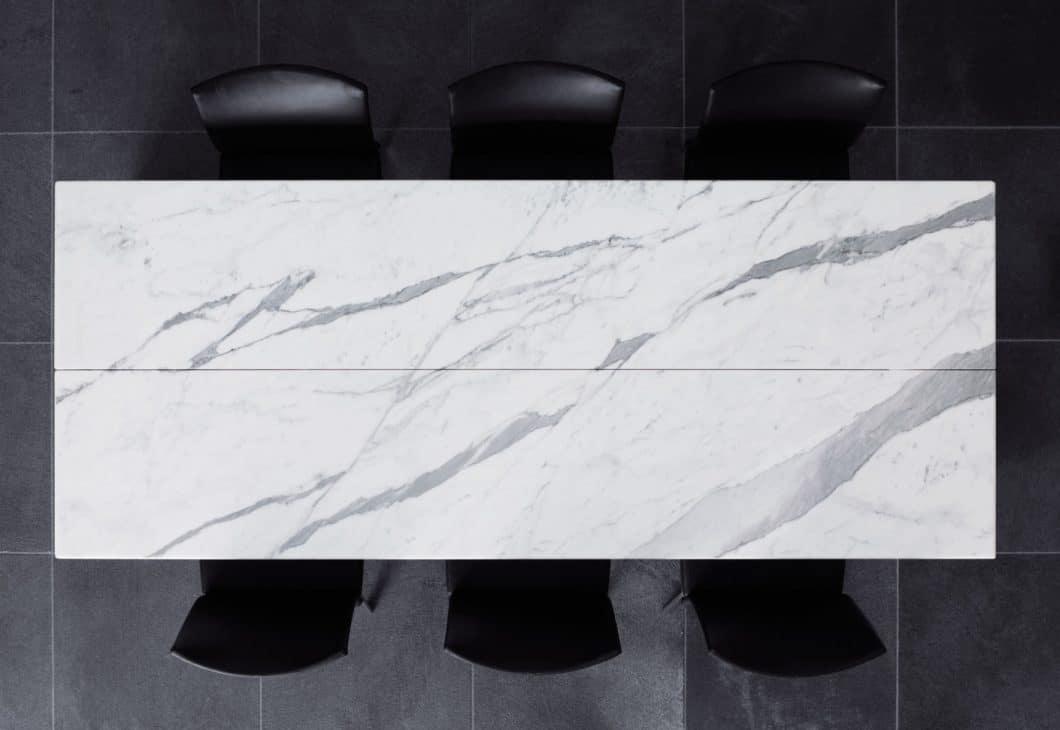 Nach Benutzung kann der Dining Desk von Poggenpohl wieder nahtlos zusammengeschoben werden und überzeugt mit Minimalismus und Eleganz. (Foto: Poggenpohl)