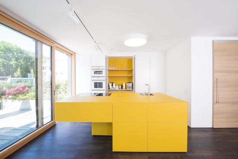 Wer wagt, der kann auch gewinnen: In diesem Haus ist die gelbe Küche ein attraktiver Anziehungspunkt für die ganze Familie. (Küche: Loft 78, Rosenheim)