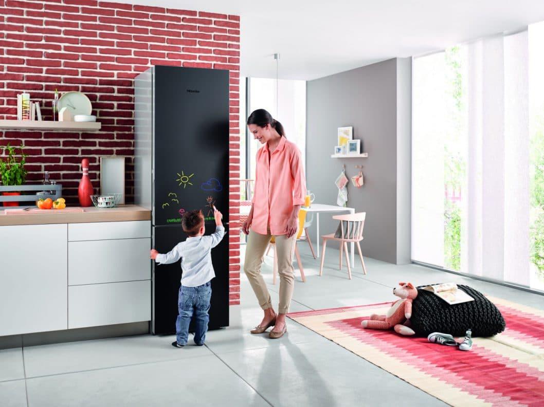 Gut sind sie alle - unsere 6 Premium-Kühlschränke im Vergleich. Einige bieten smarte Extras, wie hier die Blackboard-Edition von Miele, die nach Herzenslust bemalt werden darf. (Foto: Miele)