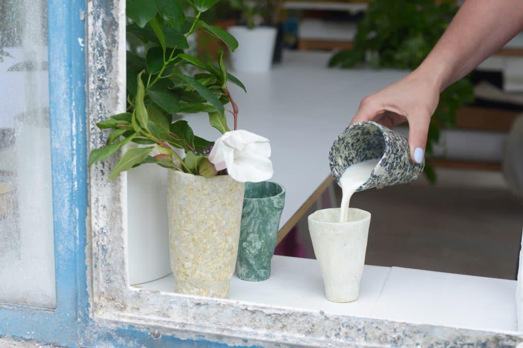 Diese Becher werden aus überschüssigem Milchprotein gewonnen - ein echter Sieg für Nachhaltigkeit in der Küche. (Foto: ddw.nl)