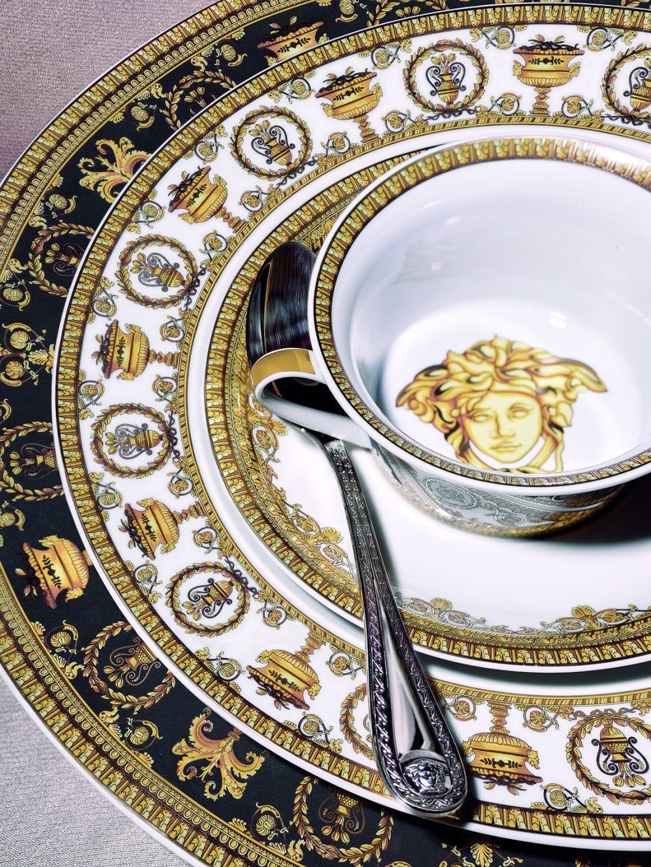Baroque and Roll heißt die Geschirrkollektion des Modelabels Versace, die es zusammen mit Rosenthal auf den Markt gebracht hat. (Foto: Rosenthal)